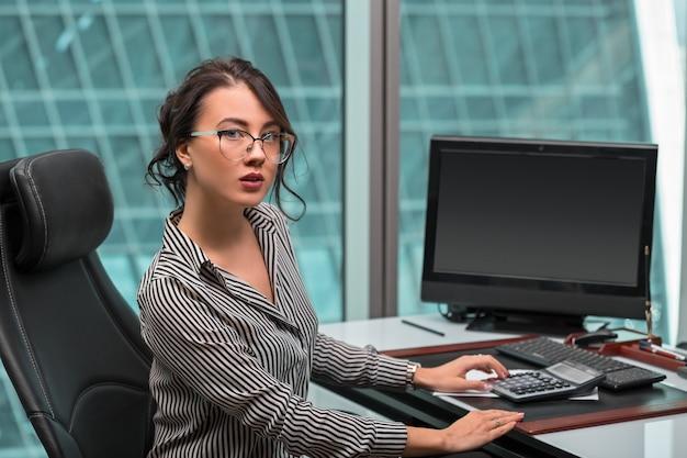Belle femme d'affaires moderne à l'intérieur de l'immeuble de bureaux