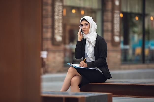 Belle femme d'affaires musulmane réussie portrait confiant heureux pdg