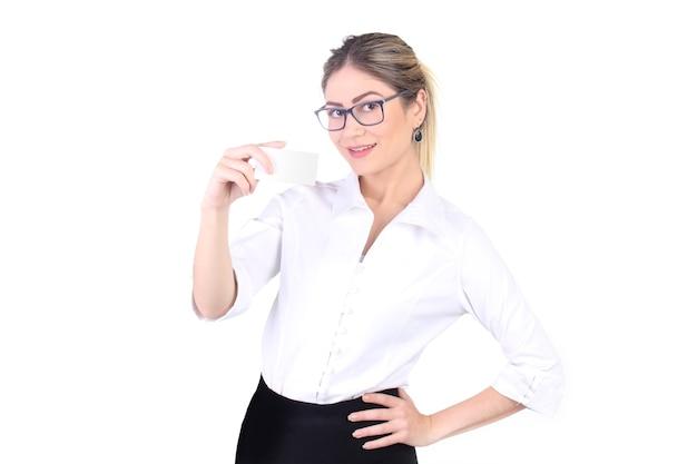 Belle femme d'affaires offrant une carte de visite vierge