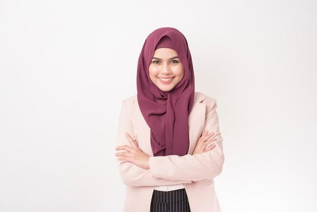 Belle femme d'affaires avec portrait hijab sur fond blanc
