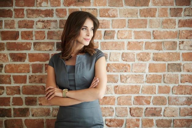 Belle femme d'affaires à la recherche de suite
