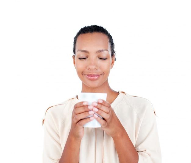 Belle femme d'affaires tenant une tasse à boire