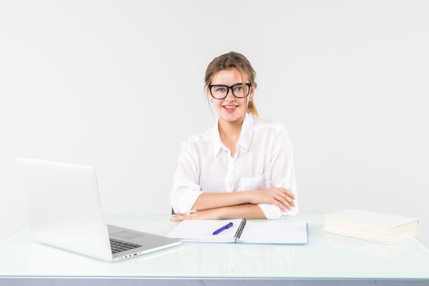 Belle femme d'affaires travaillant sur ordinateur portable isolé sur fond blanc