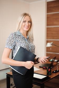 Belle femme d'affaires travaillant avec les ventes dans son bureau