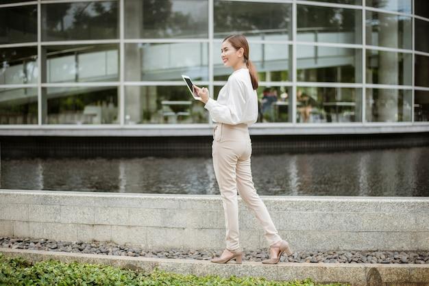 Belle femme d'affaires travaille à l'extérieur du bureau