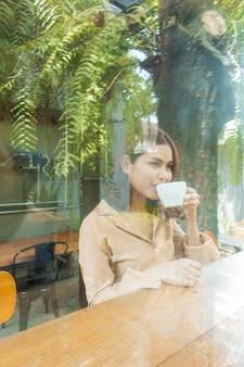 Belle femme d'affaires travaille avec son ordinateur portable au café