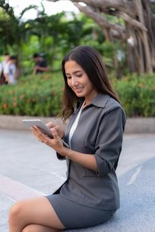 Belle femme d'affaires utilisant ipad pour le travail en plein air