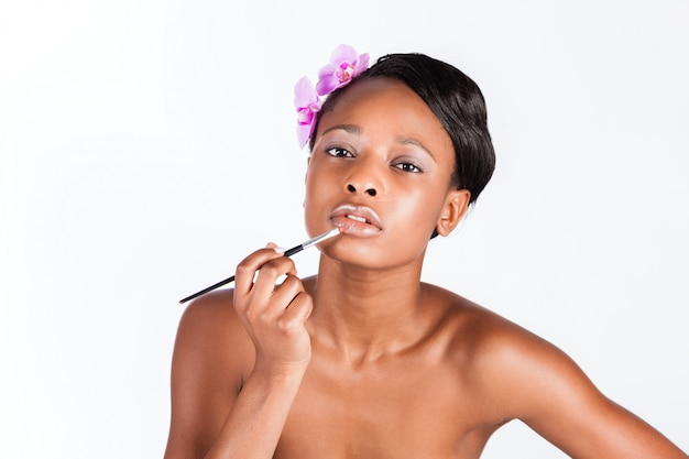 Belle femme africaine en studio avec maquillage