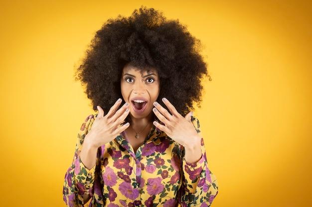 Belle femme afro-américaine mixte avec des cheveux couverts de vêtements décontractés,