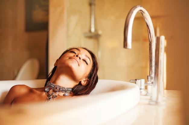 Belle femme afro-américaine prenant un bain