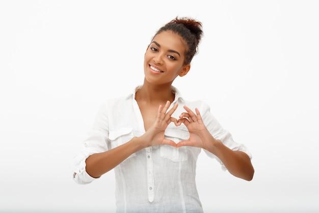 Belle femme afro-américaine souriante montrer entendre signe