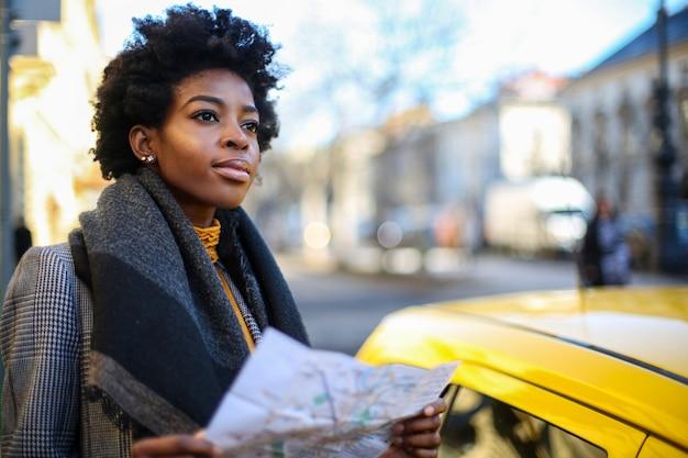 Belle femme afro avec une carte