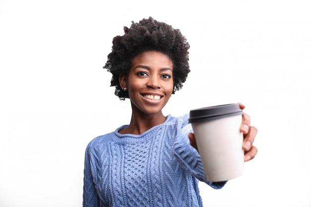 Belle femme afro distribuant un café pour aller