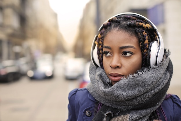 Belle femme afro en hiver