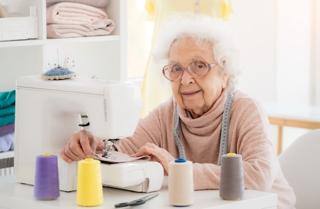 Belle femme âgée à coudre