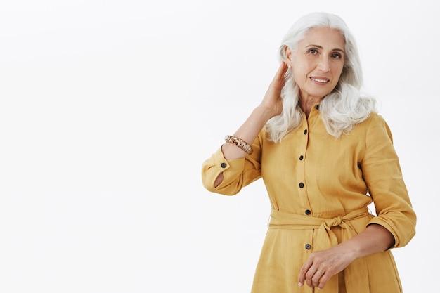 Belle femme âgée élégante à la recherche de la coupe de cheveux