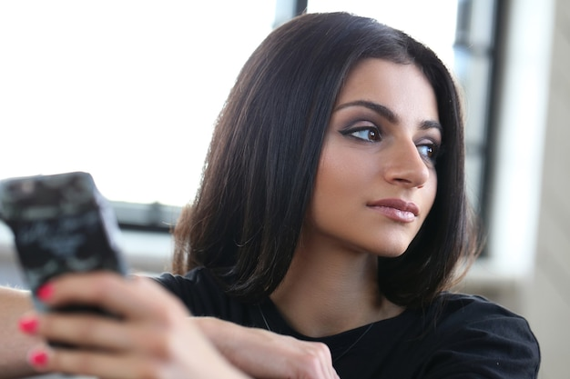Belle femme à l'aide de smartphone
