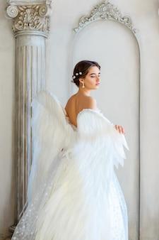 Belle femme avec des ailes d'ange inspire la beauté