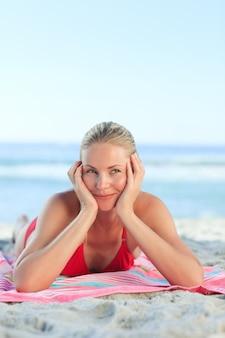 Belle femme allongée sur la plage