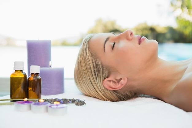 Belle femme allongée sur la table de massage au centre de spa