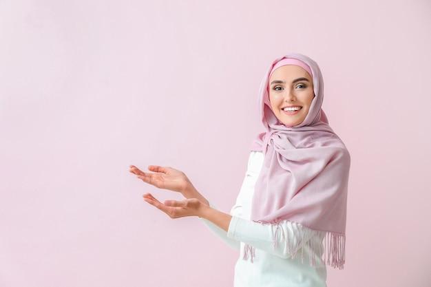 Belle femme arabe montrant quelque chose