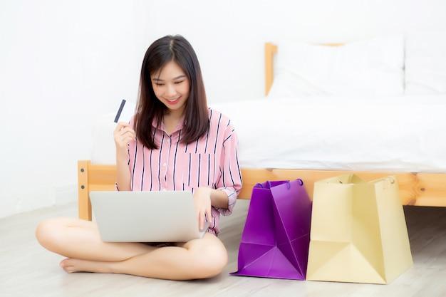 Belle femme asiatique, achats en ligne avec ordinateur portable