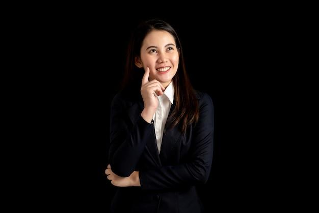 Belle femme asiatique d'affaires pense bonne idée