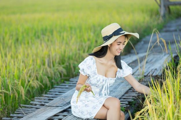Belle femme asiatique appréciant dans la rizière