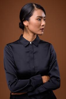 Belle femme asiatique aux cheveux attachés
