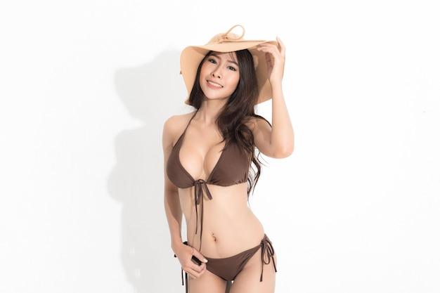 Belle femme asiatique aux longs cheveux bruns en bikini