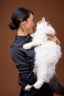 Belle femme asiatique avec chat