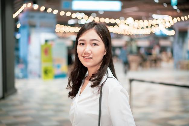 Belle femme asiatique dans le centre commercial