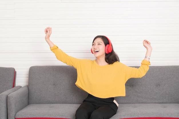 Belle femme asiatique, écouter de la musique avec des écouteurs