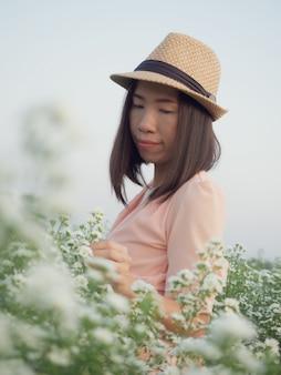 Belle femme asiatique entourée de fleurs