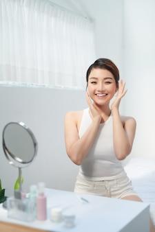 Belle femme asiatique sur fond blanc