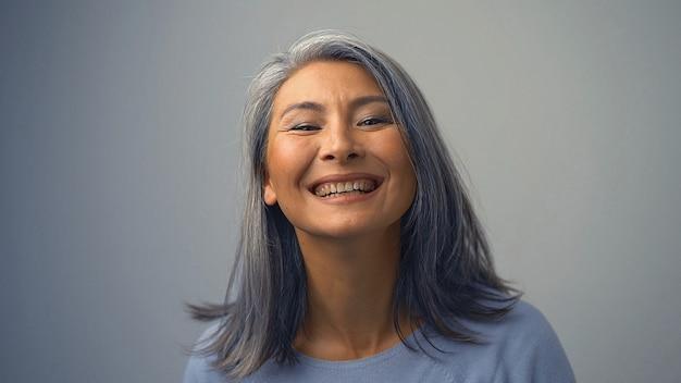 Belle femme asiatique avec un large sourire