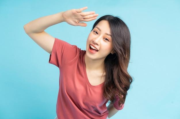 La belle femme asiatique levait la main pour dire bonjour