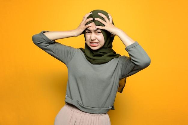 Belle femme asiatique a mal à la tête
