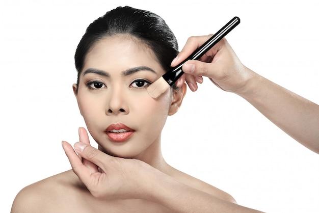 Belle femme asiatique maquillant