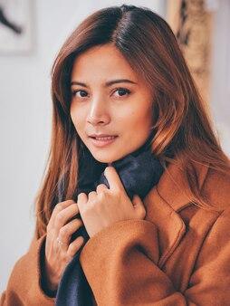 Belle femme asiatique à la mode d'hiver.