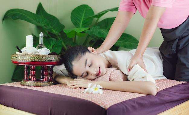 Belle femme asiatique obtenez un massage et un spa. spécialistes du massage