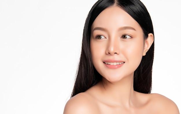 Belle femme asiatique avec une peau parfaite