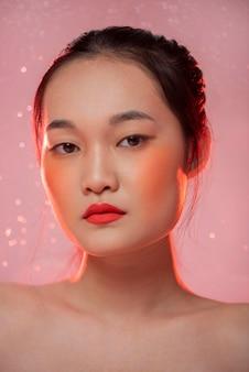 Belle femme asiatique portant du maquillage