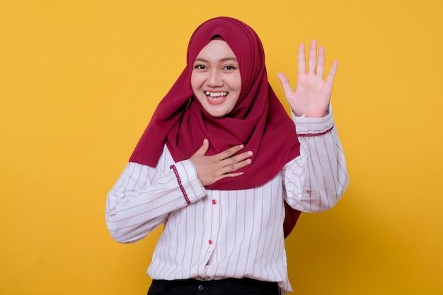 Belle femme asiatique portant le hijab regarde joyeusement et expression amusante