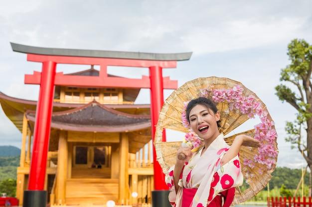 Une belle femme asiatique portant un kimono japonais, concept de robe traditionnelle.