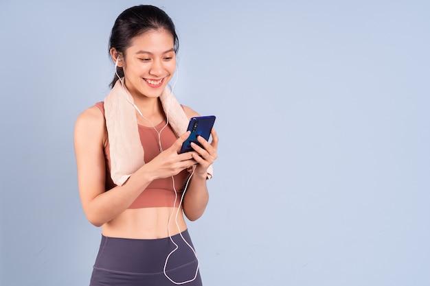 Belle femme asiatique portant des vêtements de sport et faisant du yoga, du fitness et du concept de gym