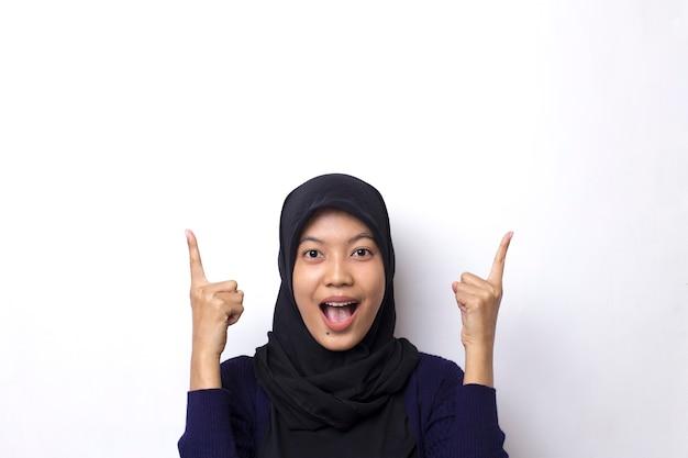 Belle femme asiatique porte un hijab avec point de main sur un espace vide
