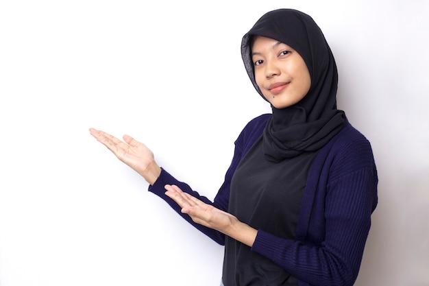 Belle femme asiatique avec portrait hijab sur espace blanc