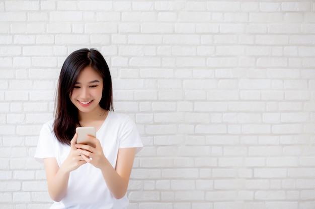 Belle femme asiatique portrait touch phone and smile