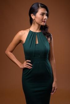 Belle femme asiatique en robe verte